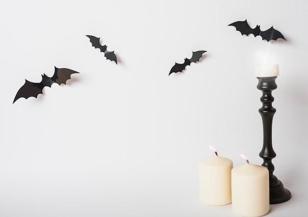 Chauve-souris et bougies enflammées Photo gratuit
