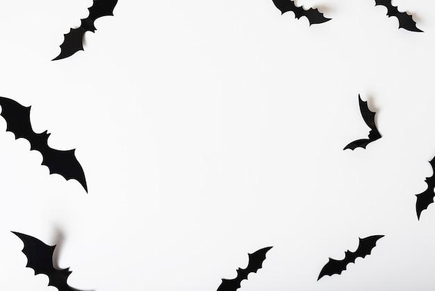 Chauves-souris de papier accroché au mur blanc Photo gratuit