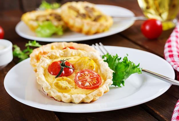 Cheddar, Tartelettes De Tomates Sur Fond De Bois. Mini Tartes. Délicieux Apéritif, Tapas, Collation. Photo Premium