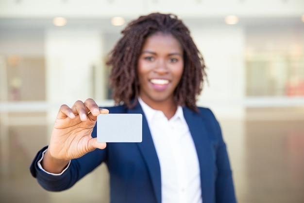 Cheerful Businesswoman Holding Carte Vierge Photo gratuit
