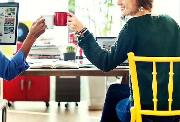 Cheers toast colleagues concept d'équipe de bureau d'entreprise Photo Premium
