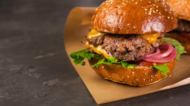 Cheeseburger close-up avec la laitue et l'oignon Photo gratuit