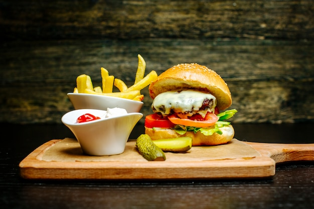 Cheeseburger Avec Cornichons Et Frites Photo gratuit