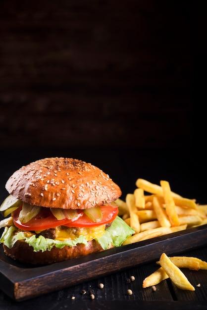 Cheeseburger délicieux avec des frites Photo gratuit