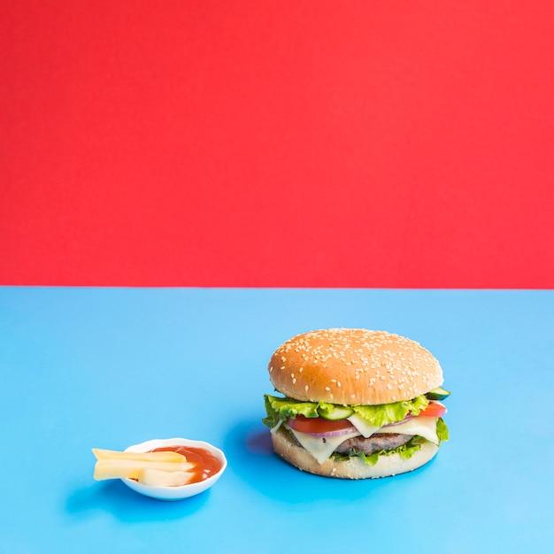 Cheeseburger savoureux avec sauce sur le côté Photo gratuit