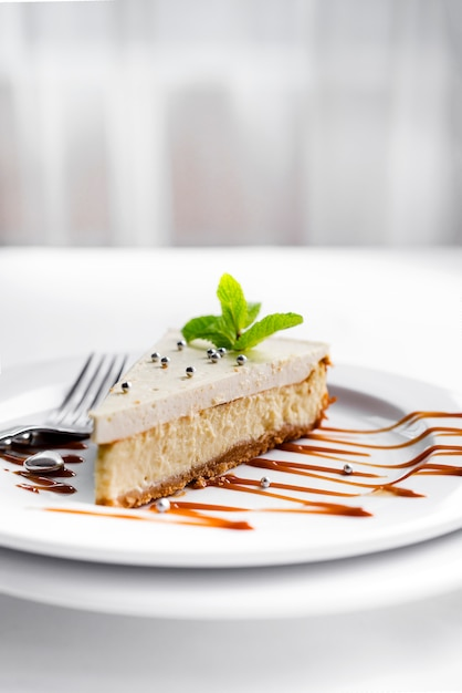 Cheesecake sur assiette blanche Photo Premium