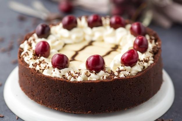 Cheesecake au chocolat avec des cerises Photo Premium
