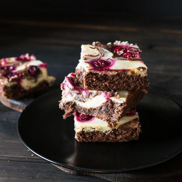Cheesecake au chocolat en couches avec brownie et cherrie noir. gâteau au chocolat et aux cerises. américain Photo Premium
