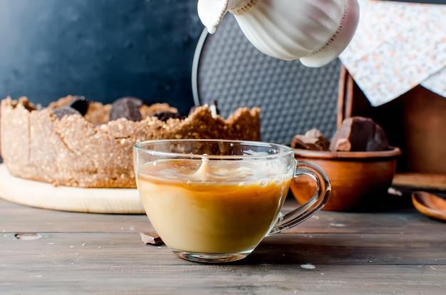 Cheesecake au chocolat et tasse de café Photo Premium