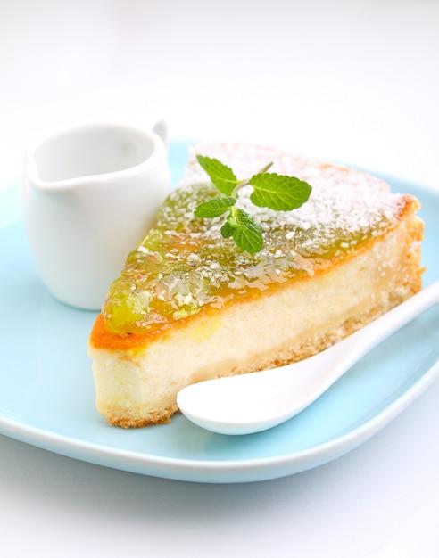 Cheesecake au kiwi sur une assiette à la menthe Photo Premium