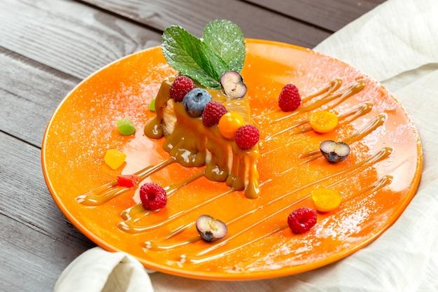 Cheesecake aux baies fraîches Photo Premium