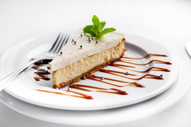 Cheesecake aux feuilles de menthe Photo Premium