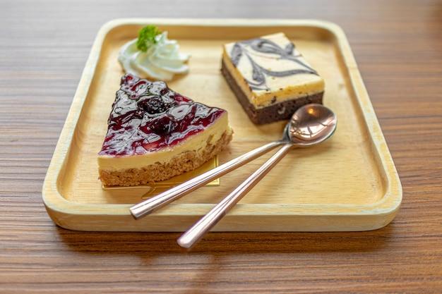 Cheesecake Aux Myrtilles Servi Sur Une Assiette En Bois. Photo Premium
