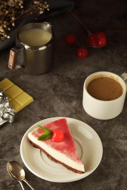 Cheesecake avec cerise sur noir Photo Premium