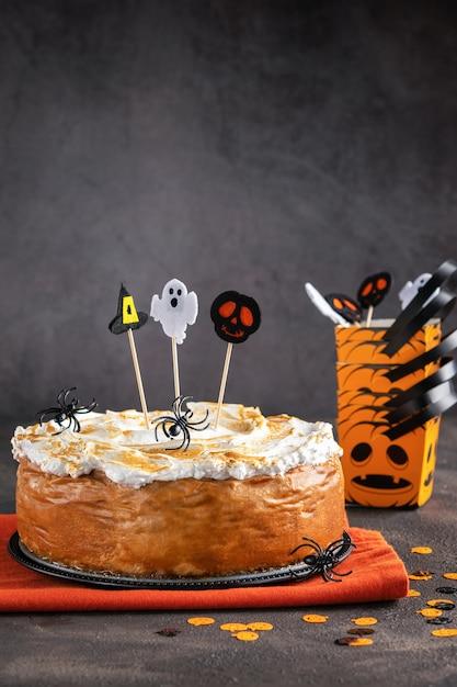 Cheesecake à la citrouille d'halloween avec garniture de meringue à la meringue décorée Photo Premium