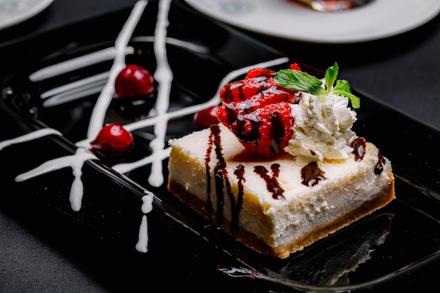 Cheesecake Avec Fraise Crème Confiture Cerise Vue Latérale Photo gratuit