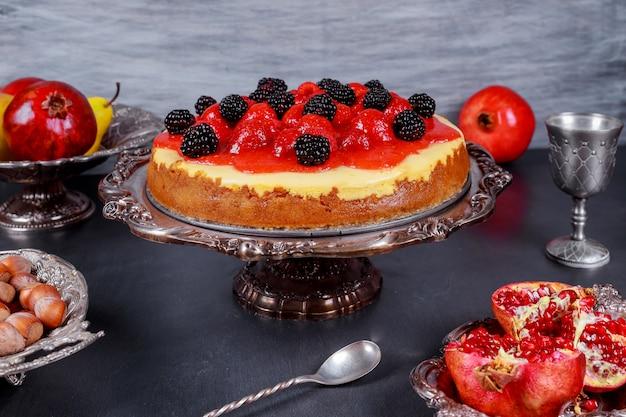 Cheesecake à la fraise décoré de baies fraîches Photo Premium