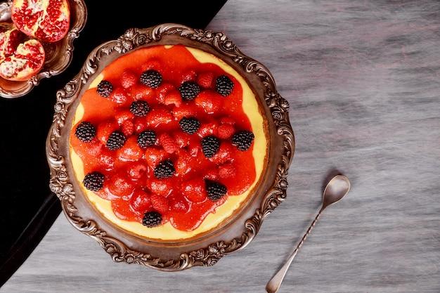 Cheesecake avec des fraises faites maison un gâteau simple et délicieux Photo Premium