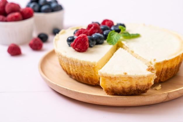 Cheesecake maison aux framboises et aux myrtilles Photo Premium