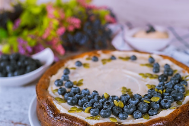 Cheesecake avec myrtille, graines de citrouille et crème Photo Premium