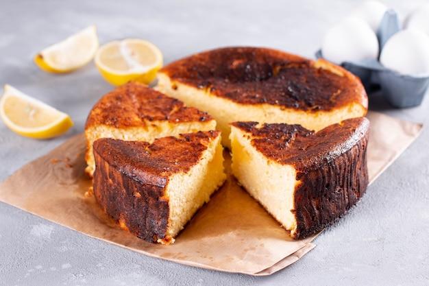 Cheesecake De Saint-sébastien Coupé Et Tranché Pour Servir Sur Un Fond Clair Photo Premium