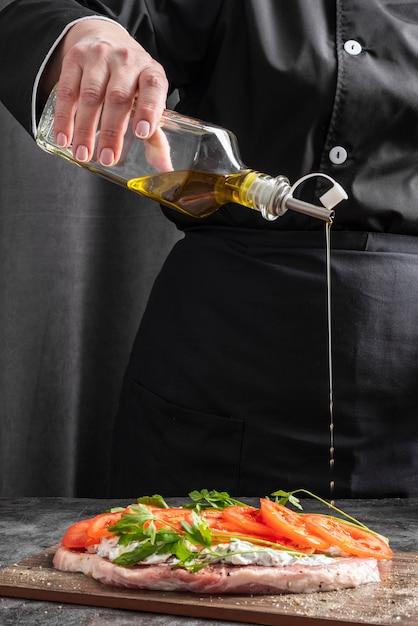 Chef, Ajouter, Huile, Viande, Plat Photo gratuit