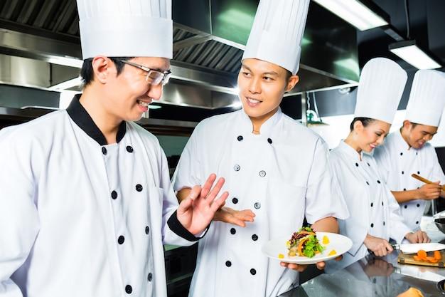 Chef Asiatique Au Restaurant Cuisine Cuisine Photo Premium