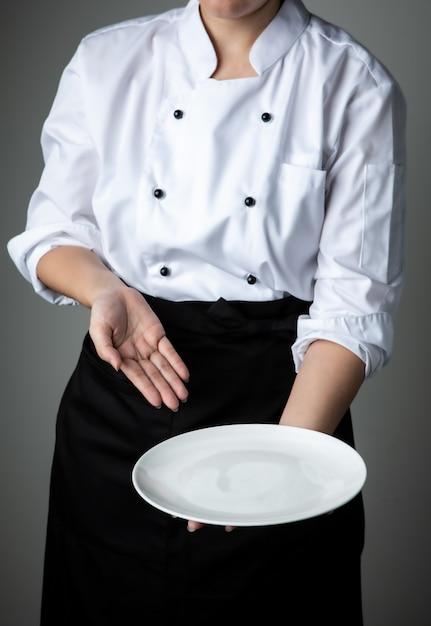 Chef Avec Assiette Vide Blanche Photo Premium