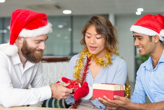 Chef de contenu en bonnet de noel offrant des cadeaux Photo gratuit