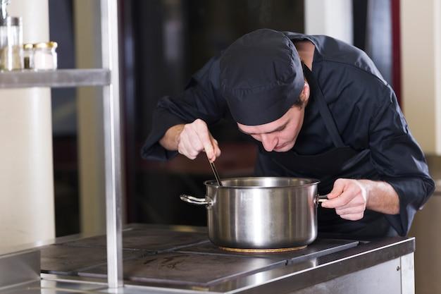 Chef cuisinant une recette Photo gratuit