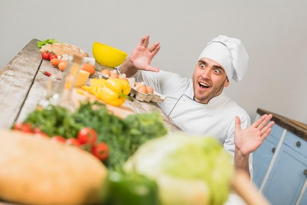 Chef en cuisine avec des légumes Photo gratuit