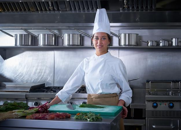 Chef de cuisine portrait de femme dans la cuisine du restaurant Photo Premium