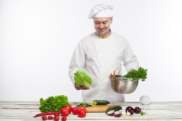 Chef De Cuisine Salade De Légumes Frais Dans Sa Cuisine Photo gratuit