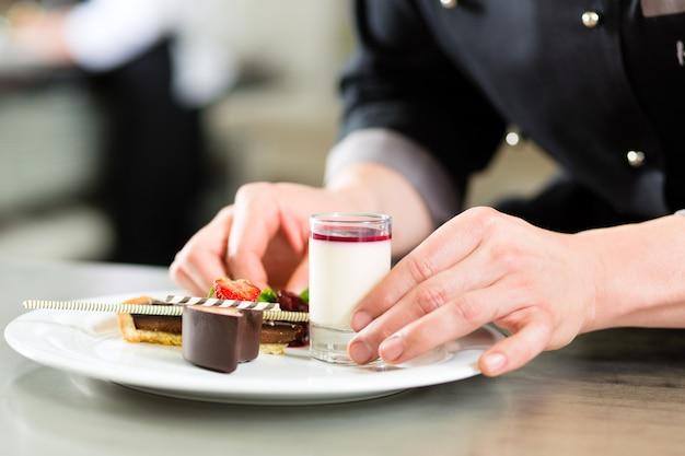 Chef cuisinier au restaurant Photo Premium