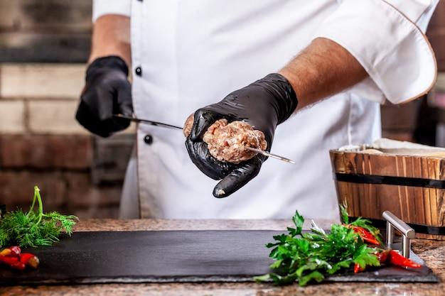 Chef Cuisson Viande Lyulya Kebab Dans La Pâte Sur Le Gril. Photo Premium