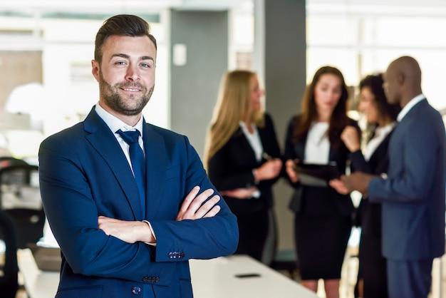 Chef d entreprise dans un bureau moderne avec des hommes d
