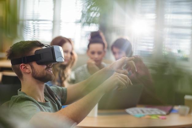 Chef d'entreprise homme utilisant la réalité virtuelle casque Photo gratuit