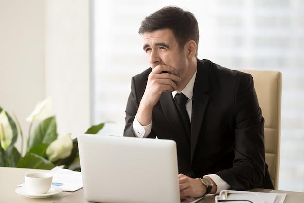 Un chef d'entreprise somnolent au travail Photo gratuit