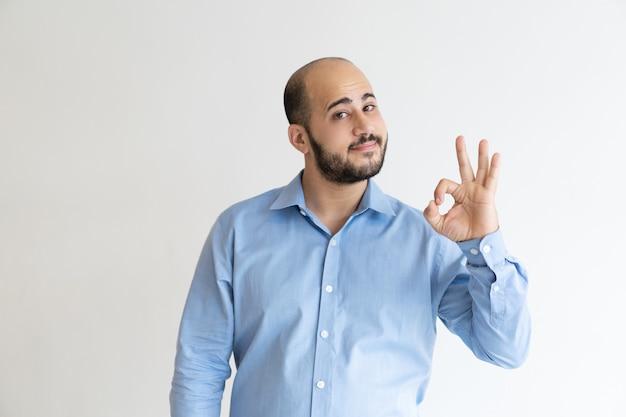 Chef d'entreprise sympathique faisant des gestes ok Photo gratuit