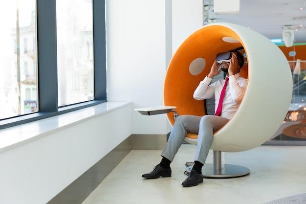 Chef d'entreprise utilisant des lunettes de réalité virtuelle Photo gratuit