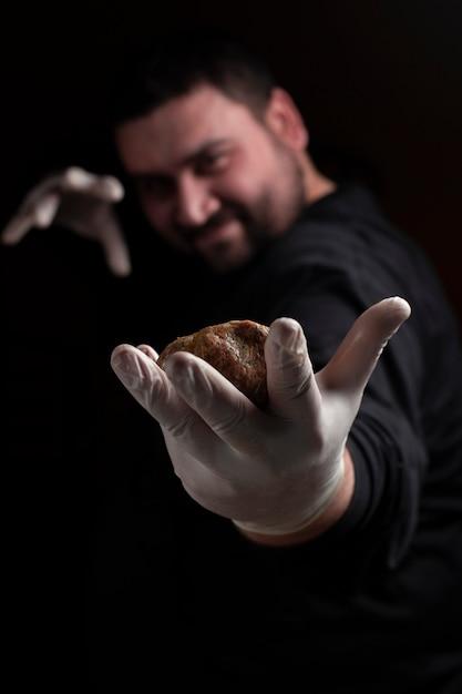 Chef faisant des boulettes de viande Photo gratuit