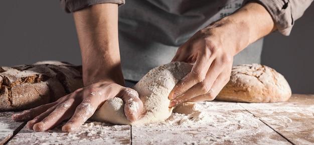 Chef Faisant La Pâte Fraîche Pour La Cuisson Photo Premium