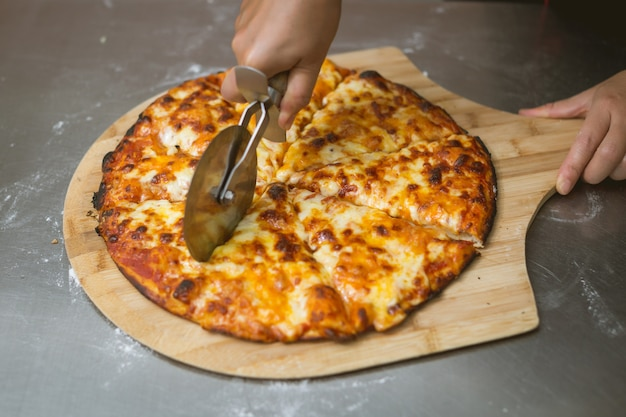 Chef faisant la pizza à la cuisine Photo gratuit