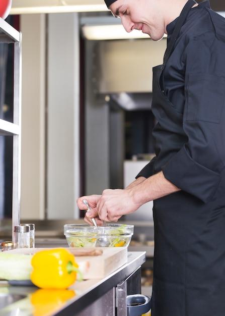 Chef préparant une salade Photo gratuit