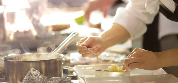 Chef prépare, nourriture, repas, dans cuisine, chef cuisine, chef déco, plat, closeup Photo Premium