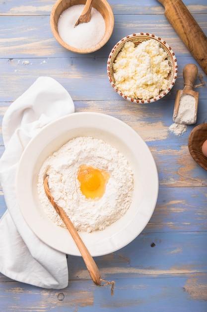 Le Chef Prépare La Pâte Dans La Cuisine Photo Premium