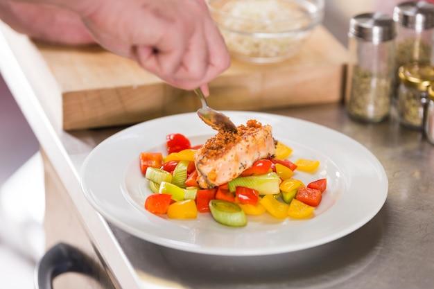 Chef prépare un plat de nourriture saine Photo gratuit