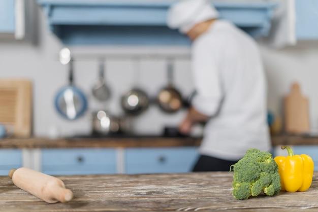 Chef travaillant dans la cuisine Photo gratuit