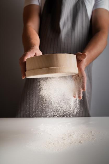 Chef triant la farine Photo gratuit