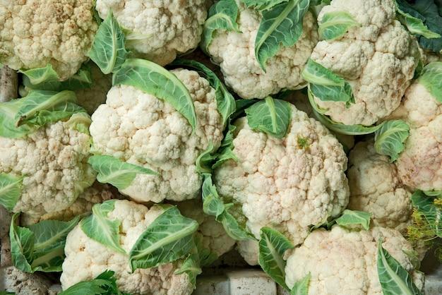 Chefs De Chou-fleur Vert Frais Sur Le Marché De L'épicerie Agricole Photo Premium